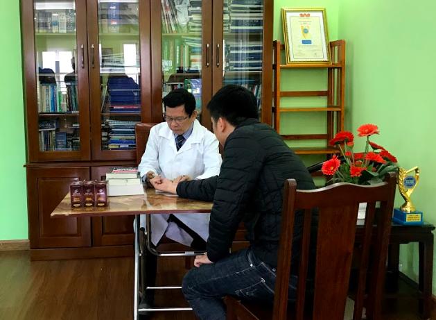 Bác sĩ Phạm Hoà Lan tư vấn điều trị bệnh cho bệnh nhân