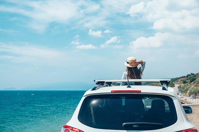 Mở cửa sổ trời trên xe hơi sẽ làm không khí trong xe đỡ ngột ngạt hơn
