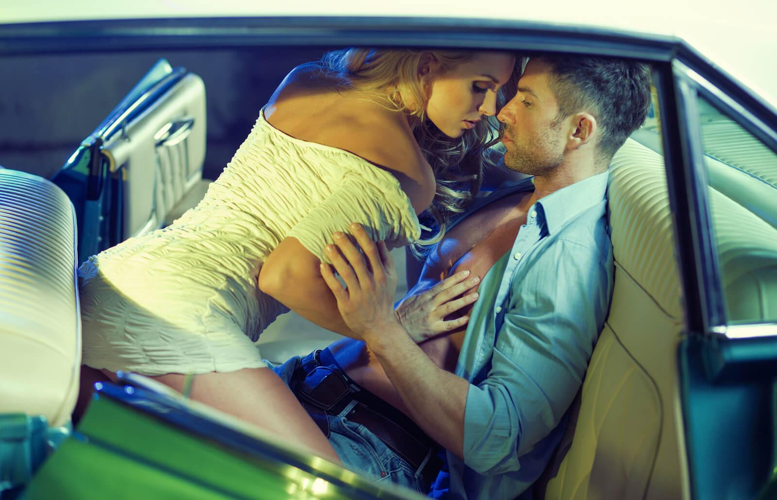 Hãy lựa chọn nơi kín đáo để quan hệ trên xe ô tô nếu không muốn bị quay lén